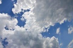 与一些空间的美好的蓝天背景模板在蓝色隔绝的下面输入文本消息的 库存图片