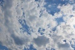 与一些空间的美好的蓝天背景模板在蓝色隔绝的下面输入文本消息的 免版税图库摄影