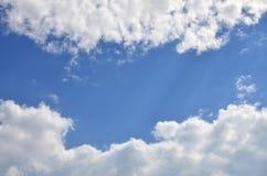 与一些空间的美好的蓝天背景模板在蓝色隔绝的下面输入文本消息的 免版税库存图片