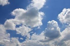与一些空间的美好的蓝天背景模板在蓝色隔绝的下面输入文本消息的 图库摄影