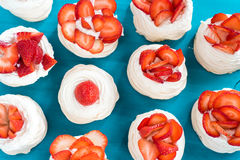 与一些草莓切片的一个小蛋白甜饼帕夫洛娃点心 顶视图 模式 图库摄影