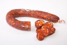与一些裁减片断的红色利比亚加调料的口利左香肠 库存照片