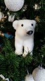 与一件北极熊装饰品的圣诞树 免版税图库摄影