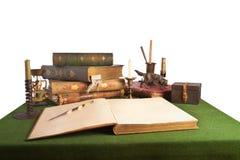 与一件开放书和老文教用品的服务台 免版税库存照片