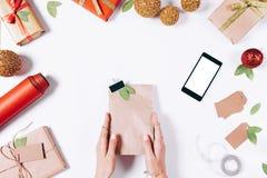 与一件礼物的包裹在女性手上 免版税库存照片
