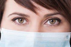 与一位女性医生的眼睛的特写镜头 库存照片