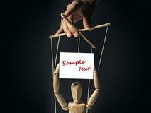 与一副空的横幅的木偶 免版税库存图片