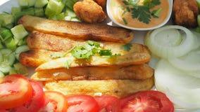 与一千海岛沙拉调味汁和菜clos的炸薯条 免版税库存照片