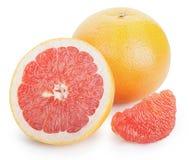 与一半的成熟新鲜的被隔绝的葡萄柚和切片 免版税库存照片