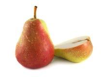 与一半的成熟红色梨在白色(水下落) 库存图片