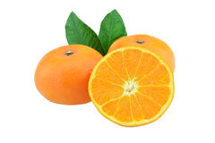 与一半的橙色在白色背景的果子和叶子 免版税库存图片