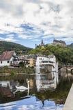 与一只天鹅的Vianden都市风景在前景和Vianden城堡的在背景中,卢森堡乌尔河 库存图片