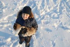 与一只猫的男孩戏剧在冬天 库存照片