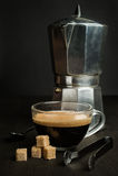 与一只老金属咖啡壶的咖啡 库存图片