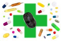 与一只老鼠的网上药房概念在与医学,药片,胶囊,片剂,在白色的医药囊的绿色十字架 库存照片