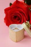 与一只金戒指的红色玫瑰与金刚石 库存图片