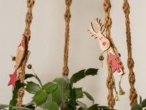 与一只麋的晒衣夹在christma的一个被打结的垂悬的篮子 免版税库存图片