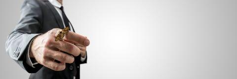 与一只蝴蝶的商人在他的手指 免版税图库摄影