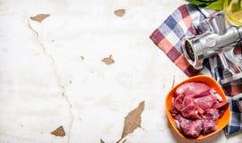 与一台手研磨机的生肉在织品 库存照片