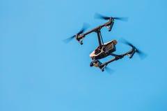 与一台照相机的寄生虫在天空 免版税库存图片