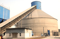与一台粉煤渣处理的传动机的一个非常大粉煤渣存贮筒仓 免版税图库摄影