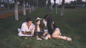 与一台膝上型计算机的家庭在草坪 股票视频