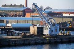 与一台造船厂起重机的货物口岸在码头 免版税库存照片