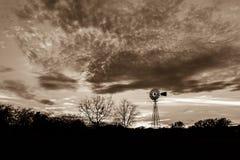 与一台风车的日落在英格拉姆得克萨斯,乌贼属口气 免版税库存图片