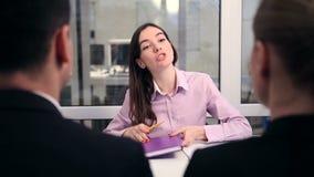 与一名房地产开发商的讨论在办公室 股票录像
