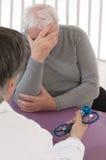 与一名沮丧的老人的咨询 免版税库存照片