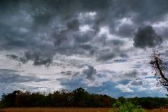 与一场龙卷风的可能的形成的雷云与轻微的 库存照片