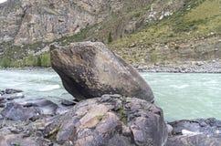 与一块匾的一块石头以记念已故的游人阿尔泰M 免版税库存图片