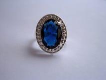 与一块大蓝宝石的葡萄酒银色圆环 免版税图库摄影