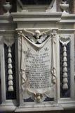 与一块头骨的大理石匾在教会里 从圣经的一个场面 有传道者的耶稣基督 图库摄影
