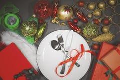 与一块板材的圣诞节装饰在桌上 库存照片