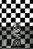 与一块玻璃的抽象静物画在黑白细胞背景  免版税库存图片