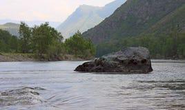 与一块石头的风景在水中 库存照片