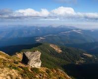 与一块石头的夏天风景在山 免版税库存图片