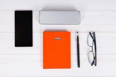 与一块笔、时髦的玻璃和盒的橙色日志玻璃的 免版税库存照片