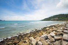 与一块老石头的海岸线 图库摄影