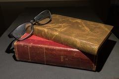 与一块黑玻璃的葡萄酒红色和棕色诗书 库存图片