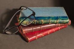 与一块黑玻璃的葡萄酒红色,棕色和绿色诗书 免版税库存照片