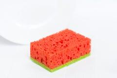 与一块绿色海绵的纯净的红色 西瓜海绵 背景查出的白色 卫生学 免版税图库摄影