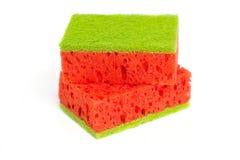与一块绿色海绵的纯净的红色 西瓜海绵 背景查出的白色 卫生学 库存照片