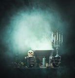 与一块头骨的Spookey万圣夜构成在土牢 库存图片