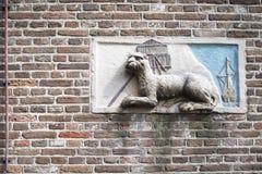 与一头狮子的浅浮雕在房子的墙壁 免版税库存照片