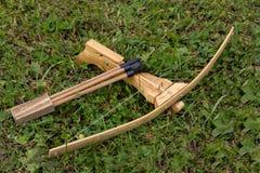 与一套的木玩具儿童` s石弓螺栓在s说谎 免版税库存图片