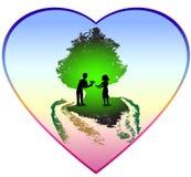 与一对夫妇的华伦泰心脏在绿色树下 免版税图库摄影