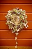 与一帽徽的圣诞节装饰品反对一个木门 免版税库存照片