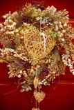 与一帽徽的圣诞节装饰品反对一个木门 库存照片